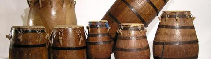 Several percussion instruments of varying sizes