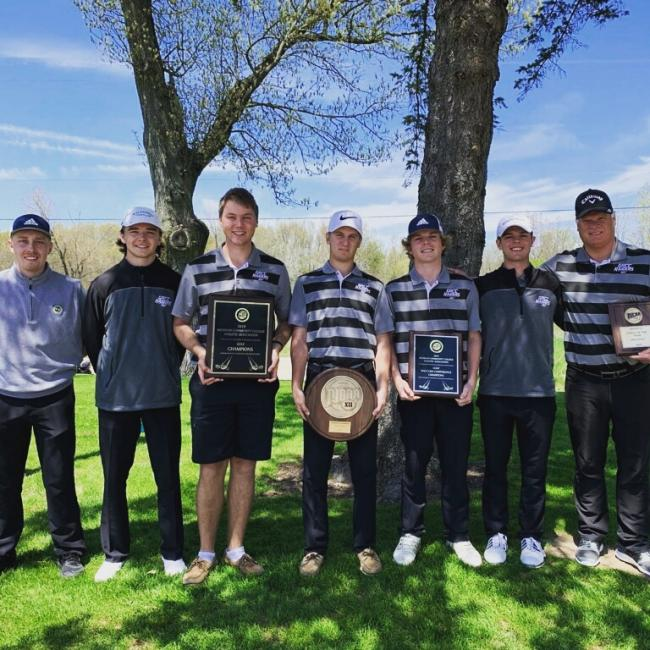 Members of the 2018-19 golf team hold up plaques and awards.